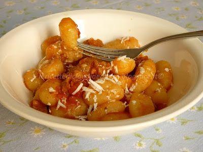 Le    ricette    di    Claudia  &   Andre : Gnocchi al sugo piccante con salsiccia