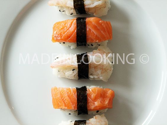 Salmon and shrimp sushi-Sushi au saumon et crevette: http://madeincooking.canalblog.com/archives/2012/04/15/23916533.html