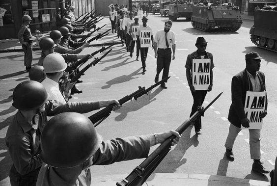 """La Guardia Nacional de EE.UU. bloquea calle de Memphis al paso de una manifestación por los Derechos Civiles. En las pancartas de los manifestantes leemos """"SOY UN HOMBRE"""". 29 marzo de 1968. Martin Luther King sería asesinado días después. Fotografía del archivo Otto Bettmann."""