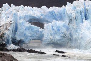 Spectaculaire rupture d'une arche de glace en Patagonie (en images)