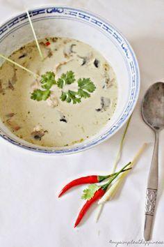 Thailandische Kokossuppe mit Lemongrass (ohne Huhn) | Zutaten für 4 Portionen (oder 2 sehr hungrige Menschen):  500 ml Kokosmilch 500 ml Gemüsebrühe 2 StangenZitronengras 4 EL grüne Currypaste ein daumengroßes Stück Ingwer 2 rote Chilischoten 150 g Champignons 4 Frühlingszwiebeln 3 Möhren  Saft einer halben Limette Thaibasilikum eine Prise Zucker als Einlage, wer möchte: Reis oder Reisnudeln