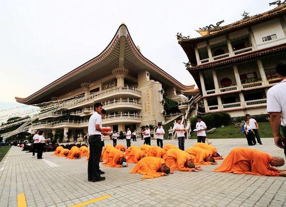 Chư Tăng, Phật tử đã thành tâm thực hiện nghi thức lễ tam bô nhất bái