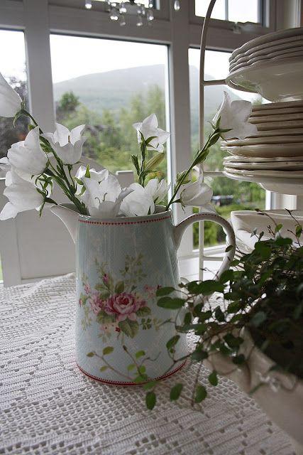 campanule blanche dans petit pot à fleur | inspiration | pinterest