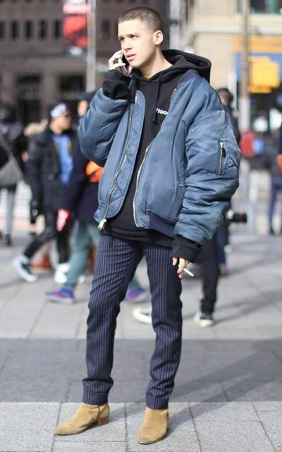 海外メンズのボマージャケットコーデ