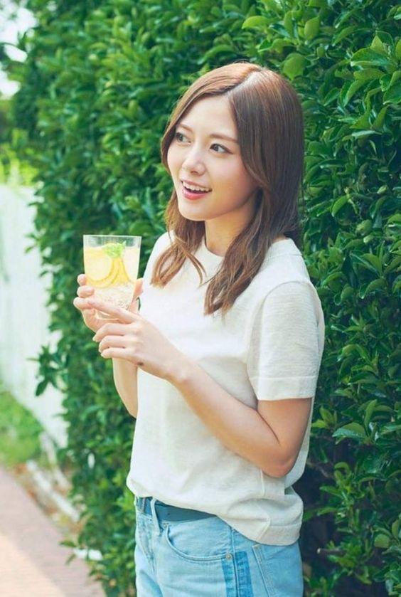 レモンの入った飲み物を持つ白石麻衣