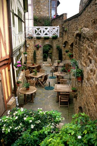 The outdoor patio of this cafe has a very rustic, tuscan style with the wooden furniture, the brick wall and all the plants. The overall apperance of the patio looks fresh, light and airy - a perfect place to spend a sunny afternoon.