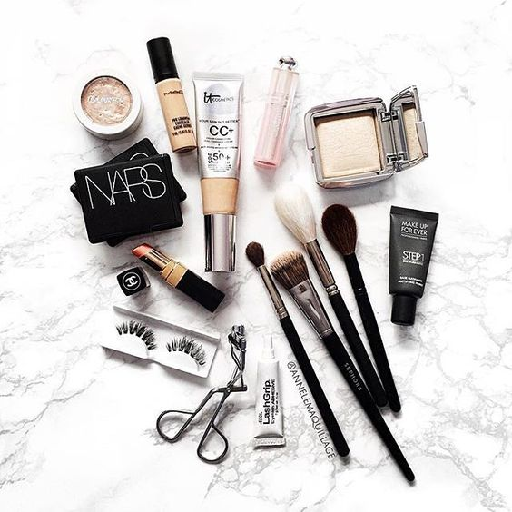Everyday essentials featuring our #SirenLashes in this photo by @annelemaquillage. What are your everyday products that you live by? Let us know in the comments! #houseoflashes #lashes #lashgamestrong #lashfocus #motd #makeuplooks #flatlay