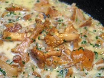 Das perfekte Eierschwammerl  in heller Soße...-Rezept mit einfacher Schritt-für-Schritt-Anleitung: Den Speck in der Butter anbraten, Zwiebeln zufügen, 2…
