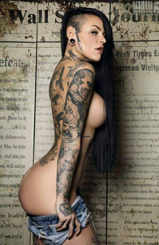 Frauen nackte tätowierte Tattoos Nackte