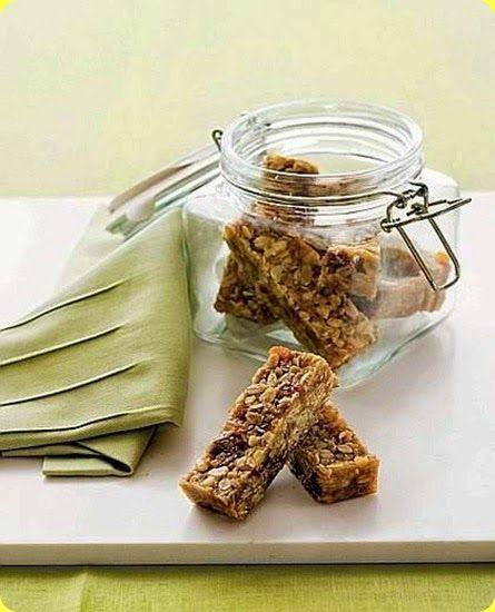 Barrette di muesli all'albicocca  Ingredienti: per 4 persone          200 g di muesli         40 g di albicocche essiccate         30 g di farina integrale         1 cucchiaio di zucchero di canna         1 cucchiaio di miele         1 cucchiaio di sciroppo d'acero         olio di semi di girasole          Il muesli o musli è una miscela di cereali e frutta secca solitamente consumata durante la prima colazione. Può essere mangiata da s