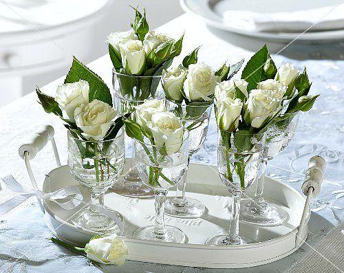 tischdeko weiße blumen hochzeit jazzmin einem tablett weiße rosen ...