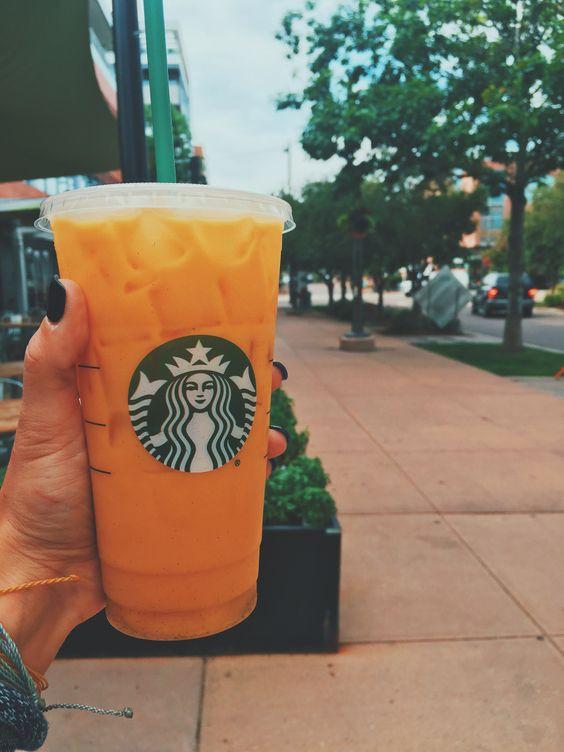 Bu Starbucks Secret Menu Drink ile iç tropik kızını serbest bırak!  İşe giderken beni sahile getirdi.  Hayat yapmak için hepimizin tropikal bir hatırlatmaya ihtiyacı var…
