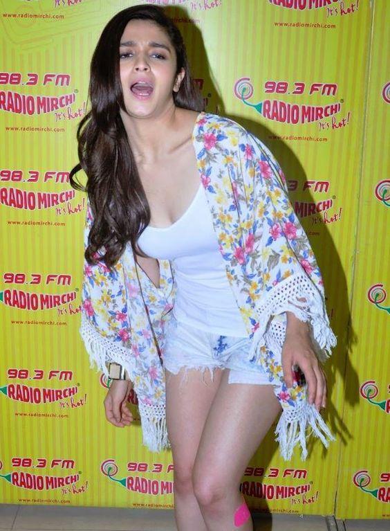 Kapoor & Sons Movie Actress Alia Bhatt Bikini Latest Pics From Her Private Life:
