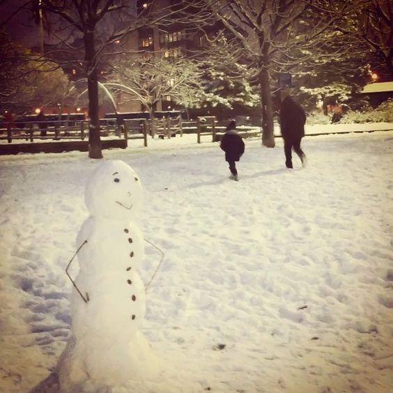 la meravigliosa irrazionalità che spinge coppie, adolescenti, anziani, bambini, genitori dall\'accento straniero e padroni di cani ad affollare un parco torinese al crepuscolo, appena la nevicata si fa meno fitta. #snow #snowman