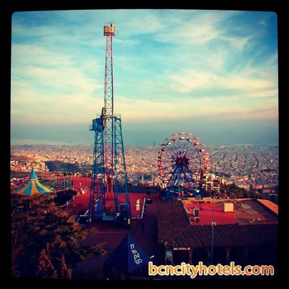 El parque de atracciones del Tibidabo se inauguró en 1901. Es el más antiguo de España y uno de los más antiguos de Europa. Además de diversión, ofrece unas magníficas vistas de Barcelona // Tibidabo amusement park opened in 1901. It is the oldest amusement park in Spain and one of the oldest in Europe. Besides fun, offers amazing views of Barcelona