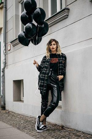 A meia-calça arrastão vem fazendo sucesso em looks urbanos. Confira formas inusitadas de usar a peça como uma fashionista.:
