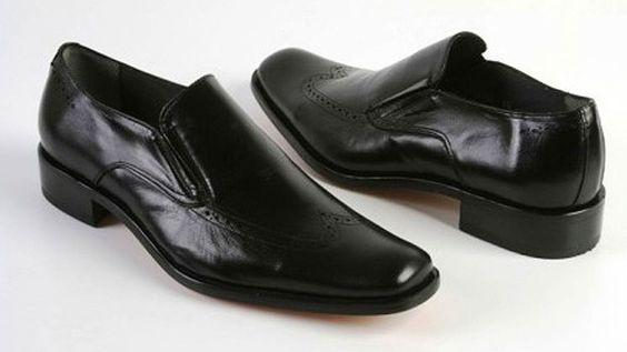 Cómo lograr hacer una buena compra? Hay tres características predominantes a considerarse al elegir un nuevo par de zapatos. Estas son: estilo, color y comodidad. Es decir, tus nuevos zapatos deberán darte una imagen atractiva, combinar bien con tu atuendo y sentirlos como si fueran un par de pantuflas al usarlos. Otro factor a considerar es el precio, pero eso no es mucho problema porque cada quién tiene un presupuesto diferente cuando se trata de zapatos.