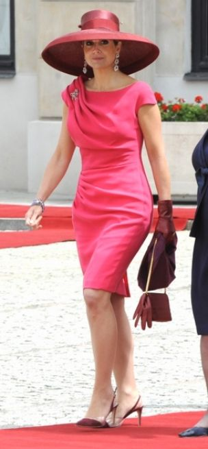 maxima. {Notice the solo glove dangling from her purse.} Chic.