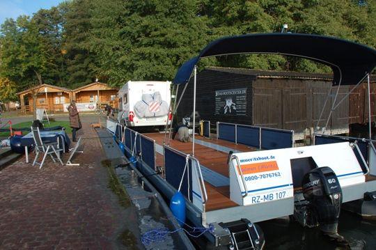Die Beladung des Wechsel-Watercamper mit einem Hobby-Wohnmobil / Teil 2. www.bootscharter-mueritz.eu