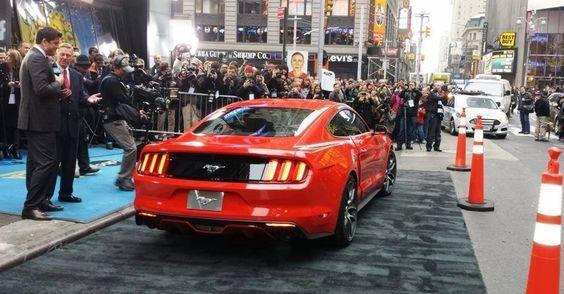 Ford Mustang Mark 6 (2014)<br><br>Sexta geração do Mustang foi apresentada mundialmente, e simultaneamente, na ruas de Nova York e em eventos fechados em Los Angeles e Dearborn (EUA), Xangai (China), Sydney (Austrália) e Barcelona (Espanha). Nova geração voltou a utilizar motor de quatro-cilindros em sua linha, o 2.3 Ecoboost, com turbo e injeção direta (309 cv e 41,5 kgfm de torque), além do V6 3.7 (304 cv e 37,3 kgfm) e do V8 5.0 (425 cv e 54 kgfm)