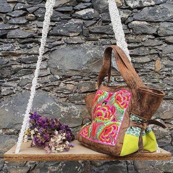 Flower Power Embroidered Bag • Custom Order • Única Parece-me perfeita para esta estação que se segue ! #andreiacostahandmade #embroideredbag