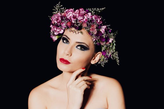 Flower and fashion.Here, flowers are anything that we want.  Foto: Thiago Mann Podução: Helena Palma de Almeida e Mariana Menezes Neumann   Styling :Helena Palma de Almeida    Modelo :Jessica Maia    Beauty: Alisson Fernando, Blondish Marcus Severo   Colaboração: Creusa Prado