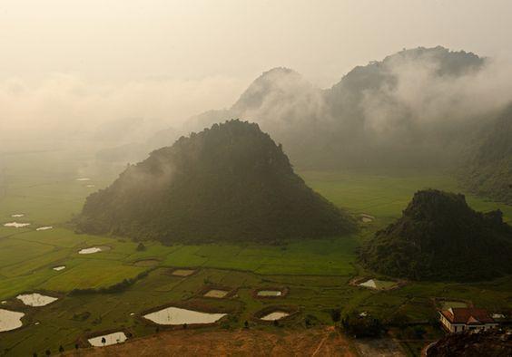 Hang Son Doong, l'immense grotte vietnamienne Le parc national de Phong Nha-Ke Bang, créé en 2001, couvre 857,5 km2. Il doit assurer la protection d'un des plus vastes réseaux de grottes d'Asie. Au cours de la guerre du Viêt Nam, des soldats du Nord se réfugiaient dans ces cavités pendant les bombardements américains.