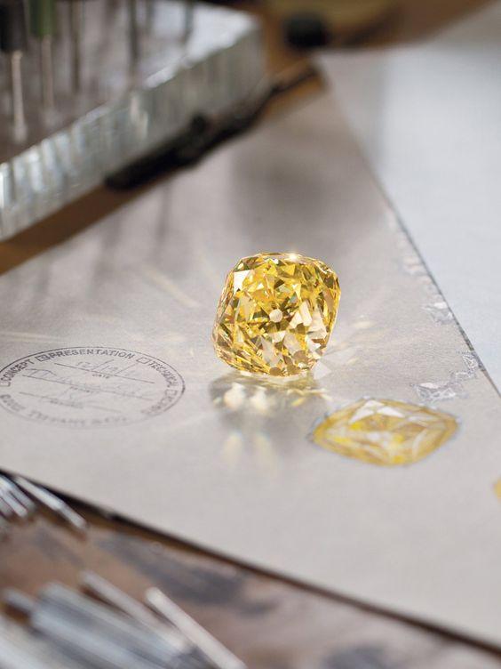 Und das ist er, der herrlicheTiffany Diamant. Gefunden wurde der gelbe…
