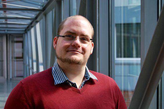 Hiwis in Aktion: Torben Hartmann hilft Studierenden der FH Kiel, kreative Software zu entwickeln. Dabei geht es zum Beispiel um ein Weltraumspiel oder um eine universale Fernbedienung für das ganze Haus. Am besten lassen wir ihn selbst mal in unserer Soundcloud erzählen: https://soundcloud.com/viel-fh-kiel/torben-hartmann-hiwi-in-der-creative-technologie-gruppe