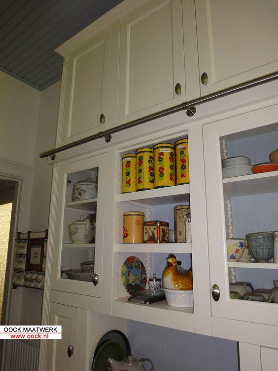 Maatwerk opbergkast in een landelijke keuken. ingebouwd in kleine ...
