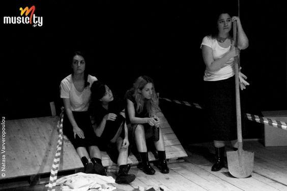 Θέατρο/Είδαμε:«Οι Γυναίκες της Καλάμα» σε σκηνοθεσία Μαρίνας Νατιώτη   Θέατρο Αργώ «Οι γυναίκες της Καλάμα» είναι ένα έργο με ισχύ και διαχρονικό ενδιαφέρον καθώς η ιστορία επαναλαμβάνεται και δίνει μαθήματα. Μια πολιτική αστάθεια με μεγεθυντικό φακό στα σπίτια και τις οικογένειες, σε απλές καθημερινές εικόνες της τότε εποχής και γεγονότα ιστορικά που μόνο αδιάφορους δε μπορούν να μας αφήσουν.