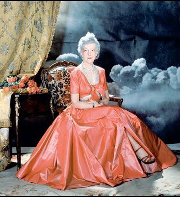 """Elsie de Wolfe (o Lady Mendl), Nueva York, 1865-1950, fue pionera del arte de decoración de interiores en los Estados Unidos, entre sus clientes Oscar Wilde, George Bernard Shaw y J.M. Barrie.De entre sus proyectos destacan """"The Colony Club"""", el primer club neoyorquino exclusivo para mujeres y su propia casa """"The Irving House"""", en la que combina muebles franceses estilo Luís XIV, con consolas venecianas o doseles orientales"""
