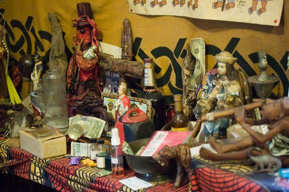 Ejemplo de Luisiana - Altar de la tradición Vudú dentro de un templo en Nueva Orleans