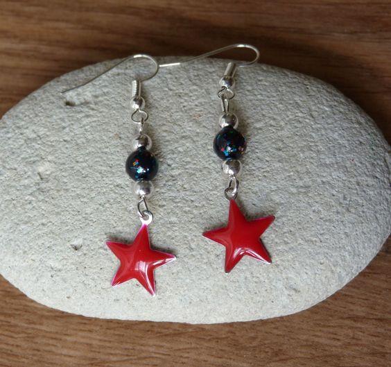 Boucles d'oreilles esprit rock étoiles rouge perle noire pailletée : Boucles d'oreille par c-est-pas-madame-c-est-mademoiselle