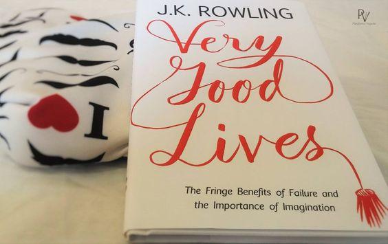 """J.K. Rowling: Very Good Lives!  No ano de 2008, J.K. Rowling, escritora da série Harry Potter, realizou um discurso para os formandos da Universidade de Harvard. O tema """"Os benefícios do fracasso e a importância da imaginação"""" virou o livro """"Very Good Lives: The Fringe Benefits of Failure and the Importance of Imagination"""", lançado em 2015, pela Little, Brown and Company. Venha descobrir mais sobre esse livro inspirador! :D  www.plataformaviajante.com.br"""