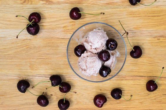 Selbst gemachtes Kirsch-Sahneeis - Cremiges, fruchtiges, leckeres Speiseeis mit Süßkirschen aus der Eismaschine nach hauseigenem Rezept für die heißen Sommertage.