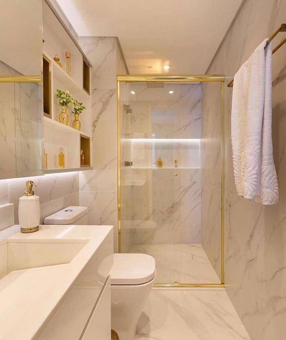 Banheiro todo no mármore com os metais no gold, que combinação maravilhosa! Como sempre um luxo o projeto de @moniserosaarquitetura.…