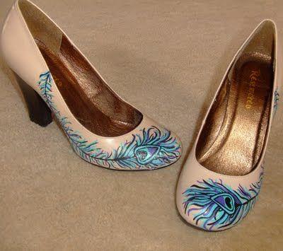 Customisez vos escarpins, chaussures, bottes et bottines avec un décors peint à la main.   Pour cela commencer par ôter le verni ou la couche protectrice du cuir avec undegraissant cuir. Laissez sécher et enlever l'excédent avec un chiffon propre. Comme sur la chaussure ci dessous on voit bien …