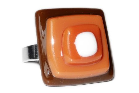 Zilverkleurige ring met gestapelde laagjes bruin glas