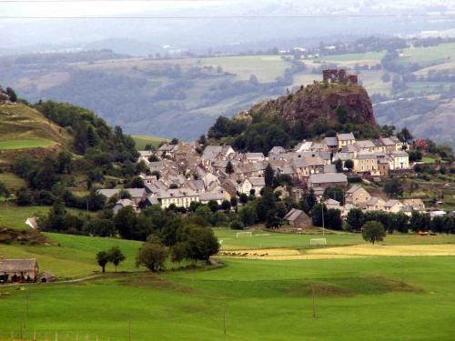 Apchon: The castle and the village of Apchon - France-Voyage.com