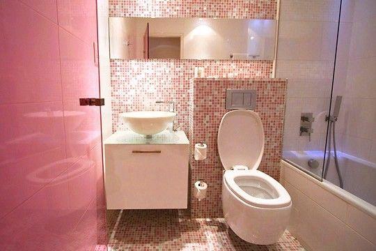 une petite salle de bain rose pleine de charme avec. Black Bedroom Furniture Sets. Home Design Ideas