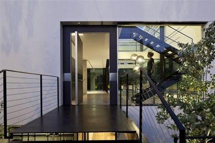 Casa de estilo Minimalista en diseño interior y exterior en Ramat Gan, Israel de Pitsou Kedem