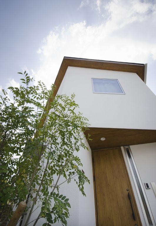 木の軒天と植栽が白壁に映える外観 家 外観 玄関 軒天 家