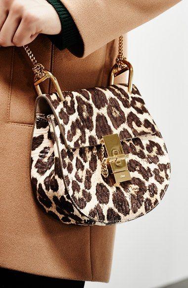 draag een panterprint tas bij je kleding voor een stijlvolle touch