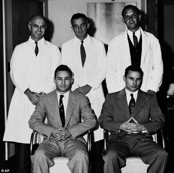 Joseph Murray, a la izquierda, encabeza el equipo médico del primer trasplante renal con éxito de la historia. Fue el 23 de diciembre de 1954, entre los hermanos gemelos Ron y Richard Herrick (abajo) que se estaba muriendo por una nefritis. Richard vivió ocho años más, dándole tiempo a conocer y casarse con la mujer de su vida, la enfermera que le cuidó en la sala de recuperación.