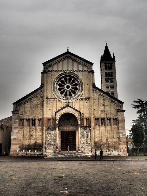 La Basílica de San Zeno (también Conocido Como San Zeno Maggiore) es un edificio religioso de Verona, al norte de Italia. Su fama descansa en parte en su arquitectura y en parte de la tradición que su cripta era el lugar del matrimonio de Romeo y Julieta de Shakespeare. Junto a la abadía que constituye un anexo, que está dedicada a San Zenón de Verona.  El terremoto de 1117 obligó a ampliaciones y reformas importantes.  La basílica se fundó para conservar las reliquias de San Zeno.