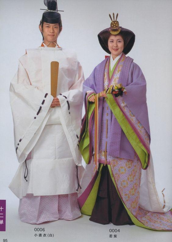 Двойка, облечена в хейански роби.