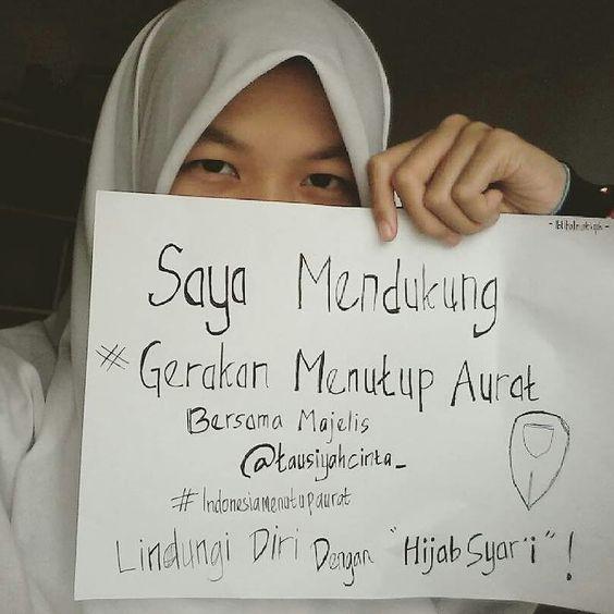 #Repost @ibtihalnatiqah  Lindungi Diri Dengan Jilbab Syari  Wanita telah digariskan menjadi lentera rumah tangga sekaligus pendidik generasi mendatang. Oleh karena itu ia harus menjaga kesuciannya mulia dan bertaqwa.  Saya mendukung gerakan #indonesiamenutupaurat @indonesiamenutupaurat  bersama majelis @tausiyahcinta_ #HijabSyariHargaMati  Follow and Support @indonesiamenutupaurat @indonesiamenutupaurat