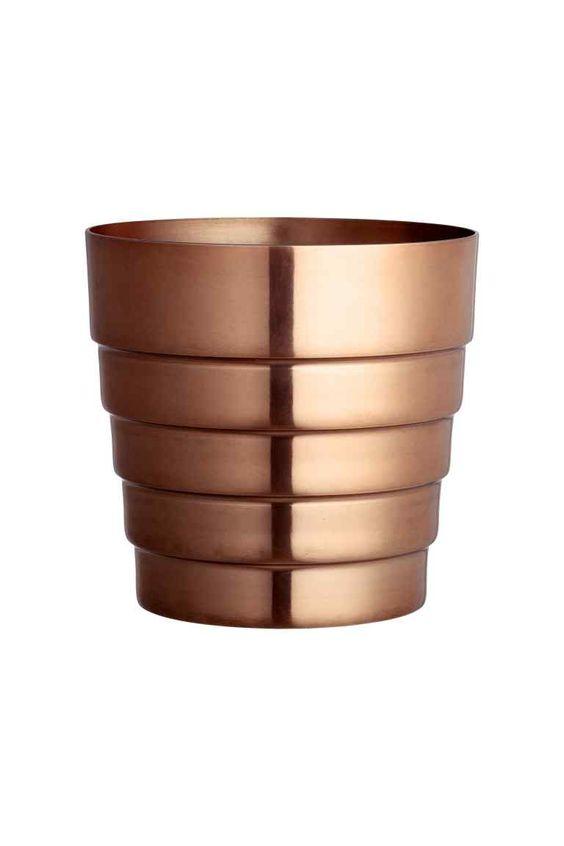 Metalen bloempot: Een bloempot van geborsteld metaal. Diameter aan de bovenkant 17,5 cm. Hoogte 17 cm.