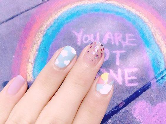 ひさしぶりのつまようじでお絵かきネイル 昨日は初出勤でよい刺激を受けた。刺激のなかった変わらない日々から脱出できそう。 これから学べることたくさんあるだろうな〜たくさん吸収〜!! #nails#selfnail#rainbow#clouds#me#1130